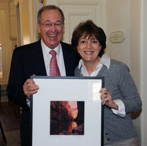 Glickman presents a Wright photograph to Janie Strauss McGarr, another outgoing board member.